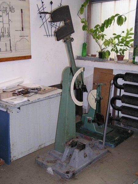 Zariadenie na skúšku rázom v ohybe metódou Charpy